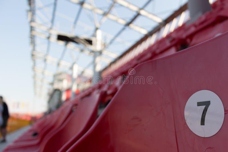 Een rij van rode plastic stoelen op een stadion royalty-vrije stock foto's