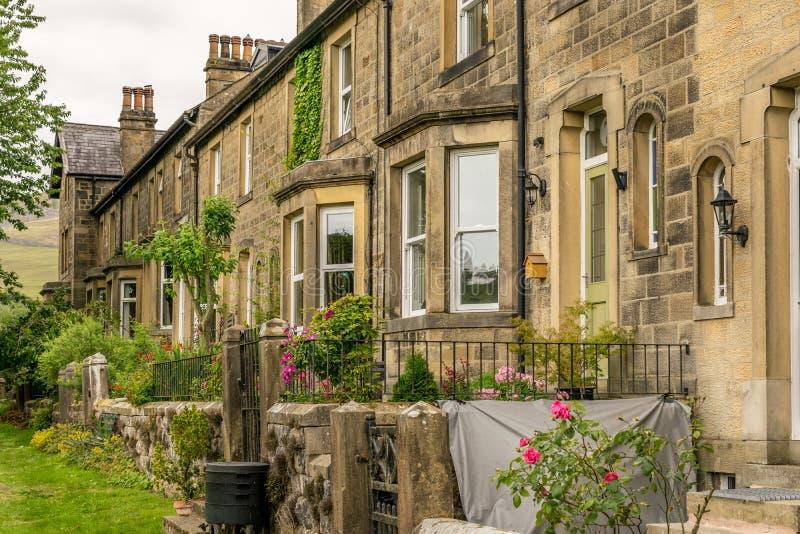 Een rij van traditionele terrasvormige huizen met tuinen stock foto's
