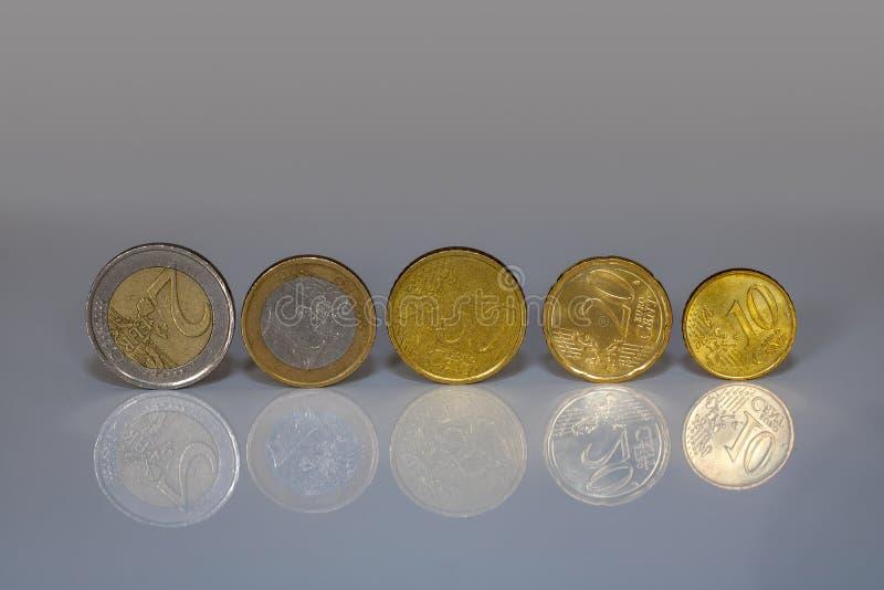 Een rij van verschillende Euro muntstukken op een lijst royalty-vrije stock foto's