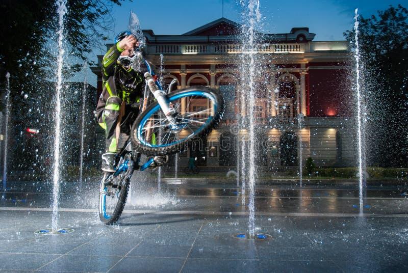 Een rit van de bergfietser in fontein royalty-vrije stock fotografie