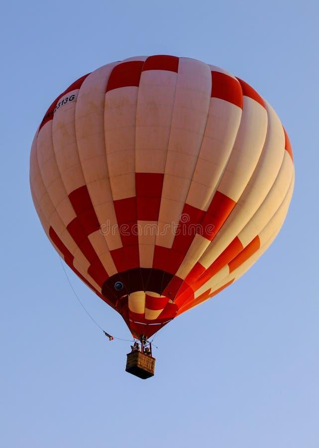 Een rit van de hete luchtballon in goed weer en een markt winden stock afbeeldingen
