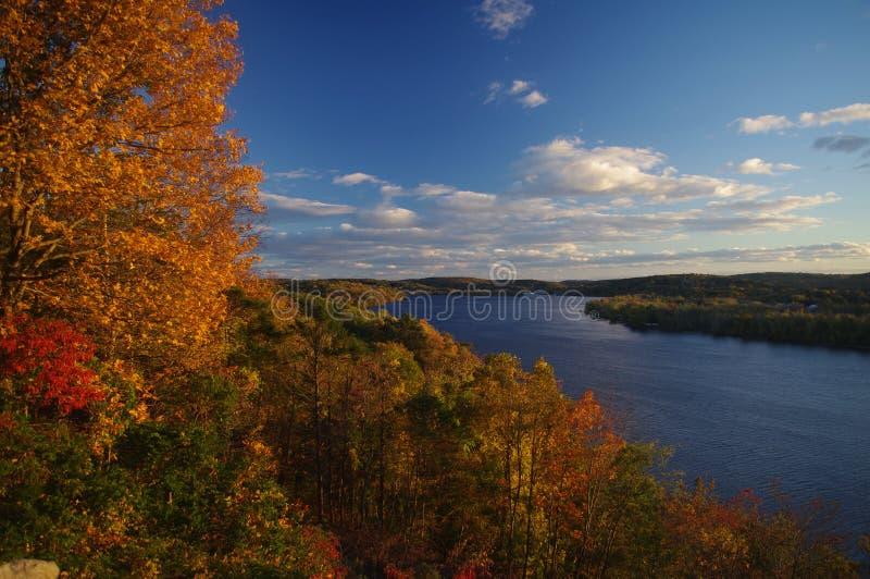 Een rivier in de herfst royalty-vrije stock fotografie