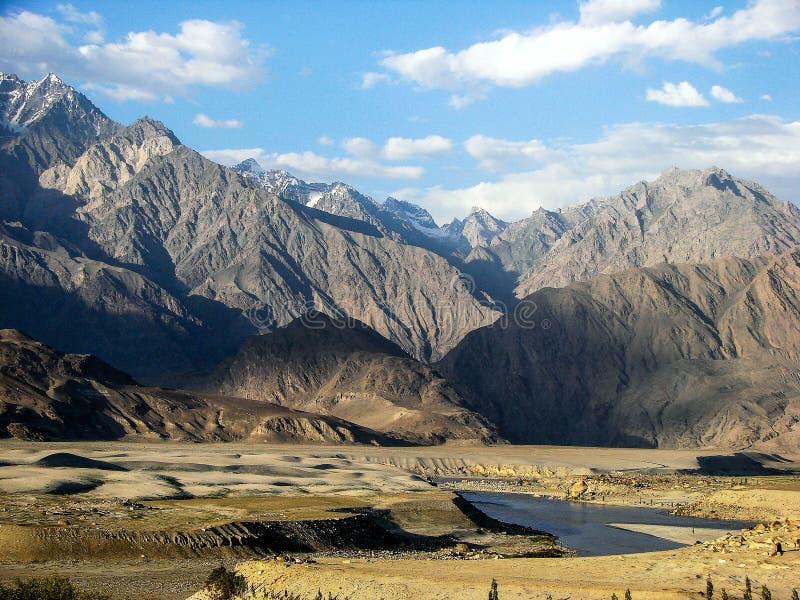 een rivier in de rotsachtige bergen royalty-vrije stock afbeelding