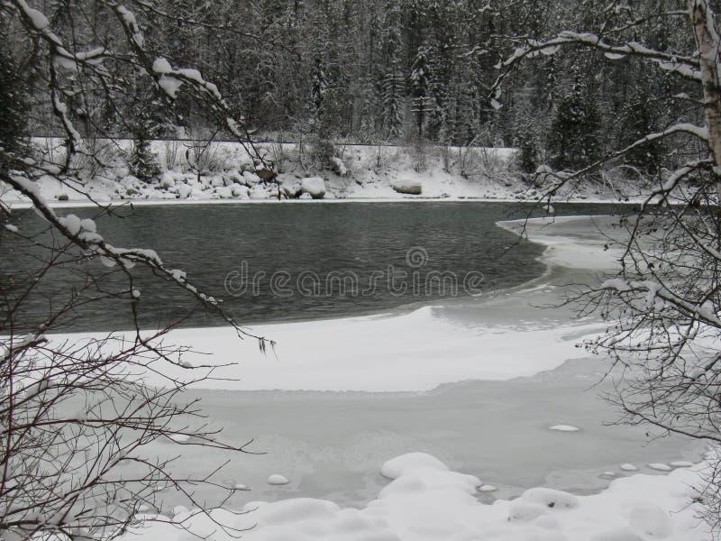 Een rivier die door het ijs breken royalty-vrije stock foto's
