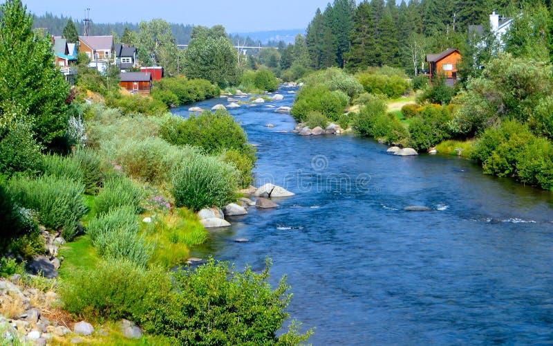 Een rivier loopt door stock foto