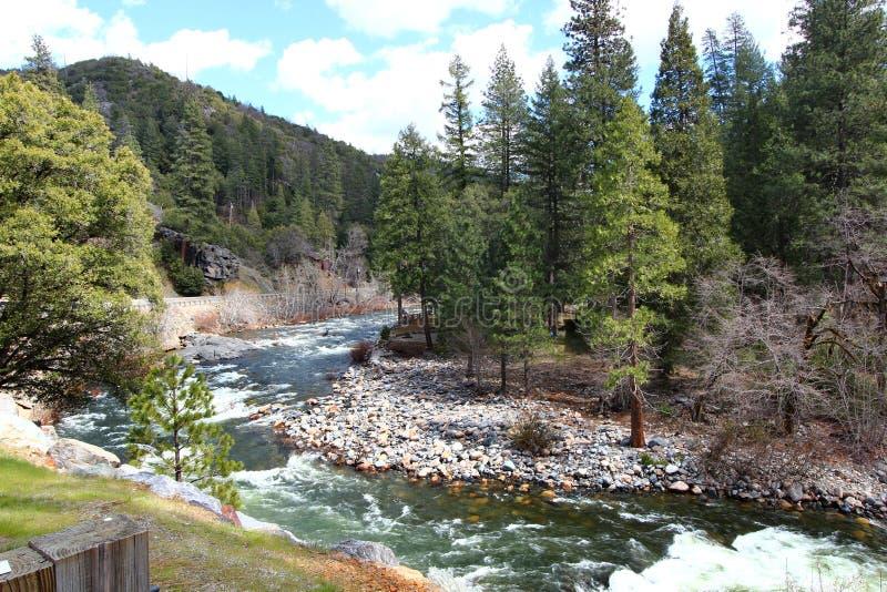 Een rivier met stroomversnelling in Californië stock foto