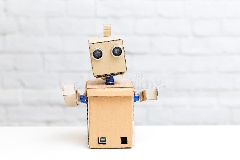 Een robot met handen is op de lijst Portret van een robot royalty-vrije stock afbeeldingen
