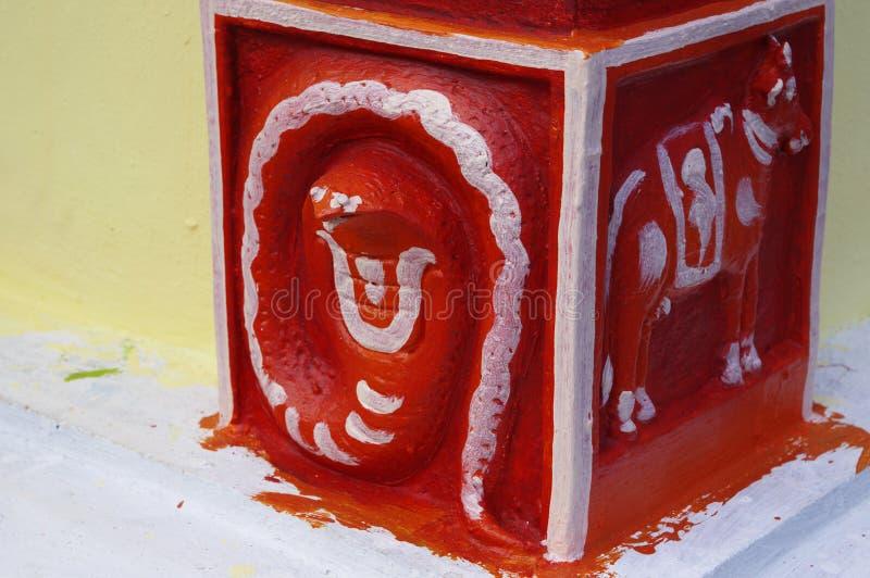 Een rode basis van de kolom met een dierlijk motief van een van de vele hindoe-tempels op het eiland Mauritius royalty-vrije stock afbeeldingen