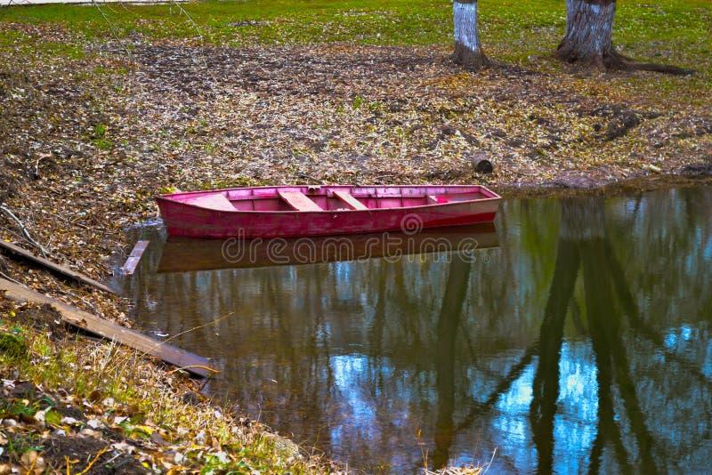 Een rode boot stock afbeelding