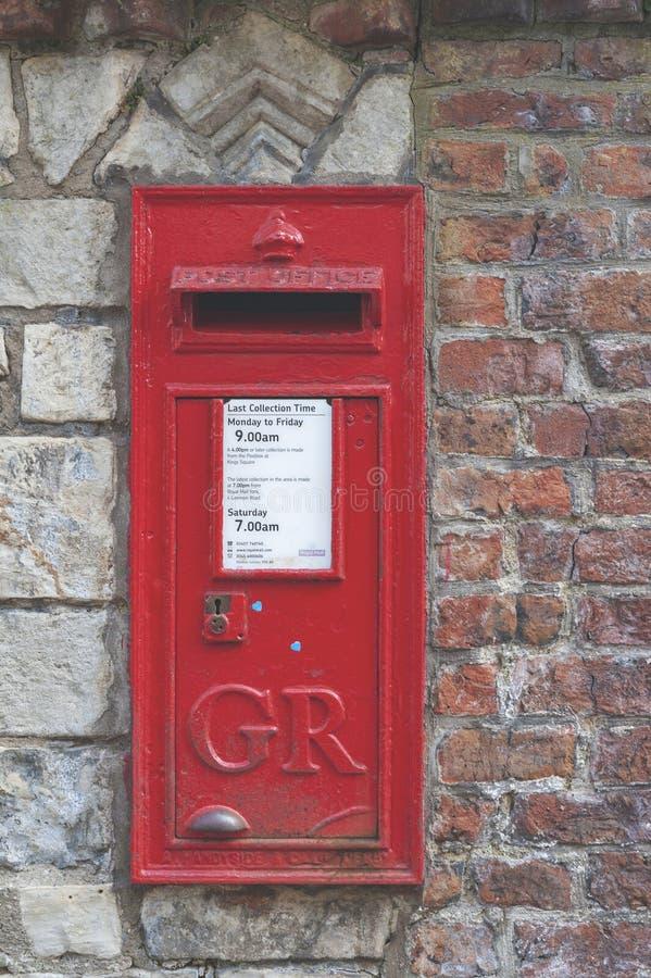 Een rode Britse die Muurdoos in een muur bij de Munster van York, historische die kathedraal wordt geplaatst in Engelse gotische  royalty-vrije stock afbeeldingen