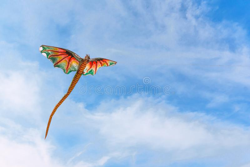 Een rode Chinese vlieger die in de wind vliegen royalty-vrije stock fotografie