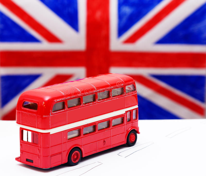 Een rode dubbele Dekbus en een vlag royalty-vrije stock foto