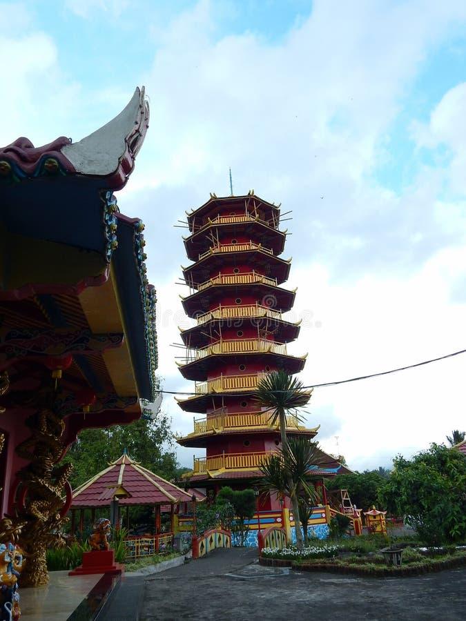 Een rode en gele toren Boeddhistische tempel met oosters Chinees architectuurontwerp stock fotografie