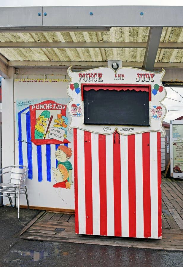 Een rode en witte Stempel en Judy Stand stock fotografie