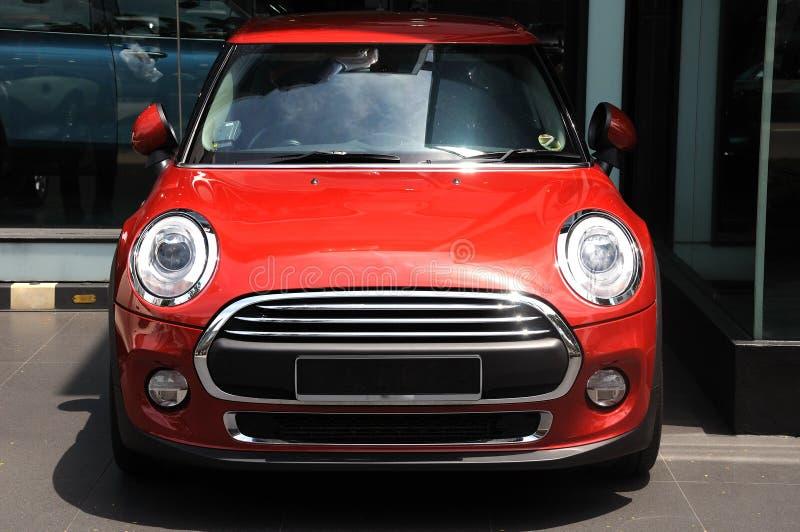 Een rode geschilderde kleine die luxeauto op vertoning wordt geparkeerd royalty-vrije stock fotografie