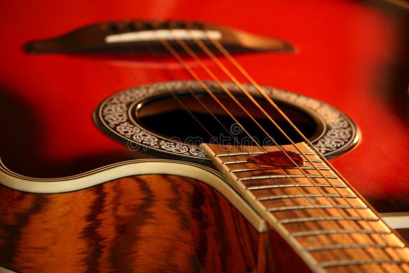 Een rode gitaar en een oogst stock foto
