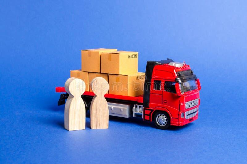 Een rode vrachtwagen laadde met dozen dichtbij een een klantenkoper en verkoper Zaken en handel Onderhandelingen over levering va royalty-vrije stock afbeelding