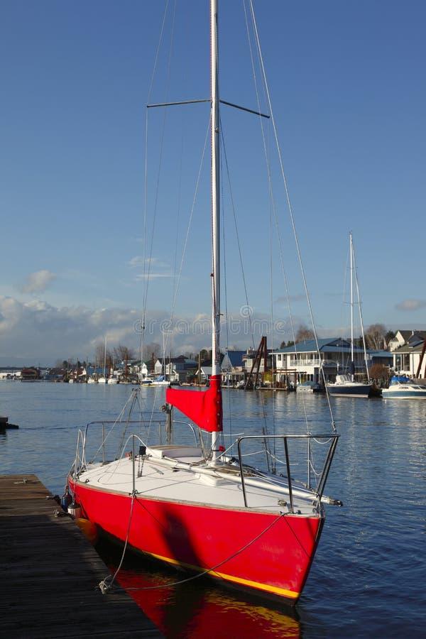 Een rode zeilboot. stock foto