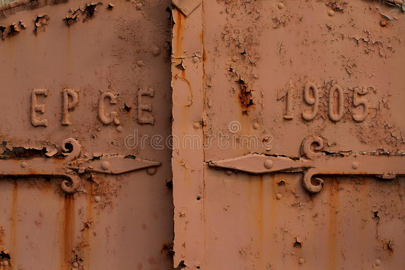 Een roestige oude deur stock fotografie