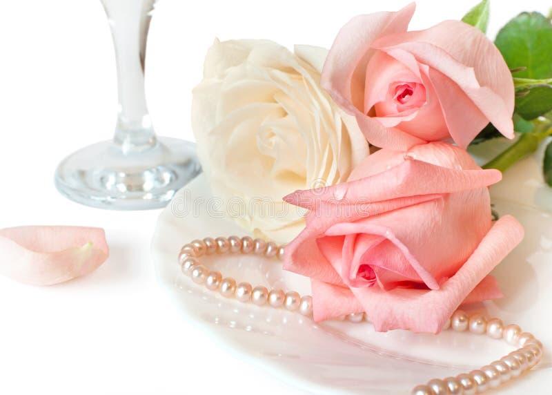 Een romantisch diner met mooie rozen stock foto's
