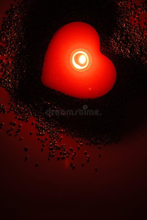 Een romantische kaars in rode fasci stock afbeelding
