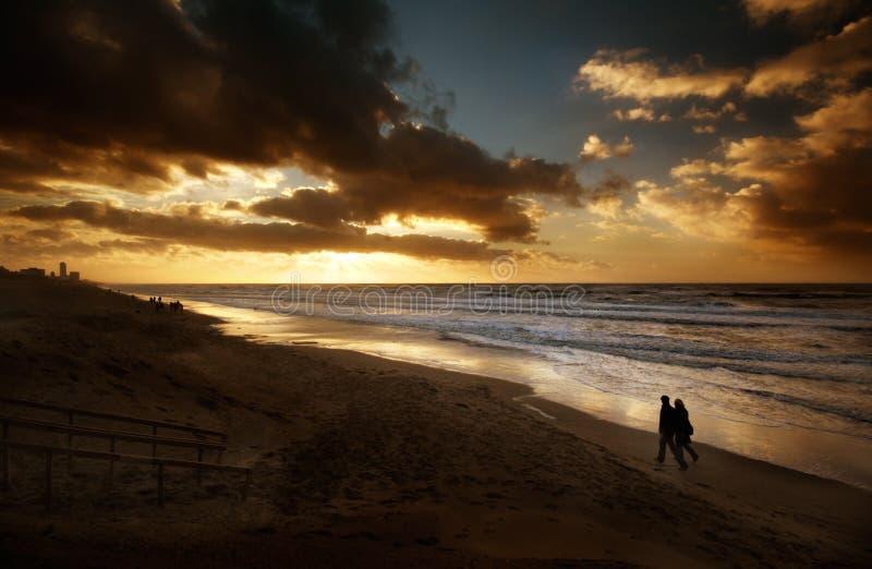 Een romantische nacht bij het strand stock fotografie