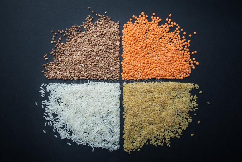 Een rond cijfer van dieet en vegetarische graangewassen: linzen, rijst, bulgur en boekweit royalty-vrije stock fotografie