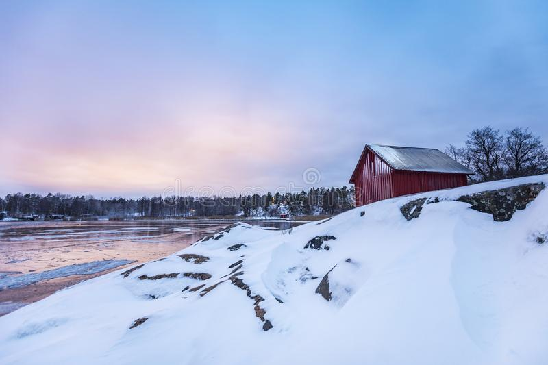 Een Rood weinig plattelandshuisje in Stockholms-archipel royalty-vrije stock foto's