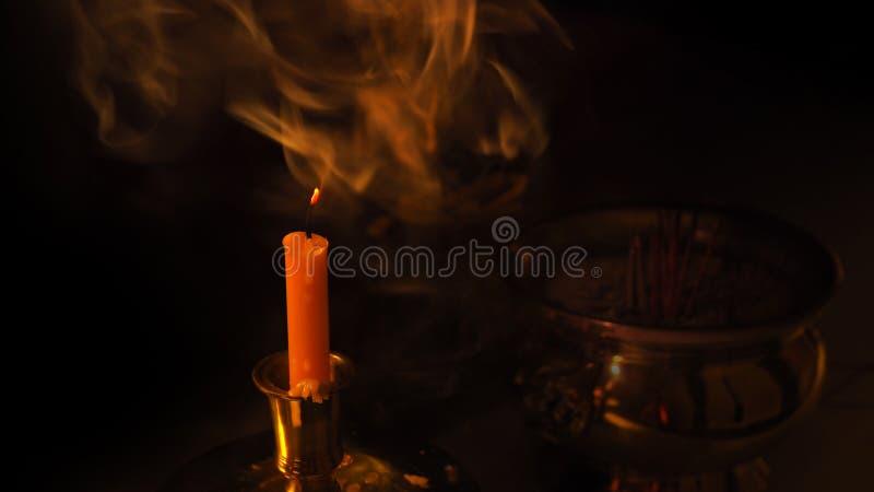Een rook van kaars met de achtergrond van Boedha vaas toe royalty-vrije stock foto