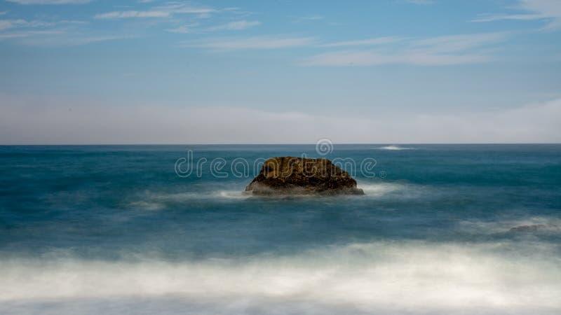 Een rots in de oceaan bij Bodega-Baai stock afbeeldingen