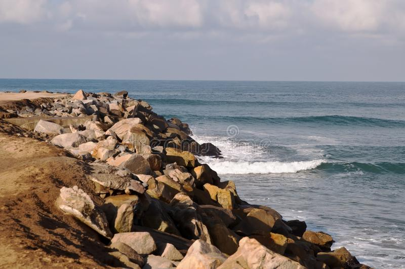 Een rotsachtige kustlijn op de Vreedzame oceaan stock afbeeldingen