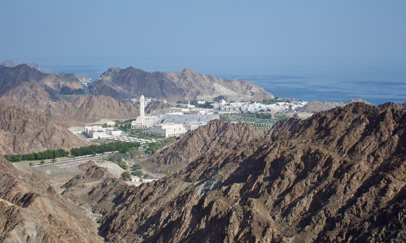 Een rotsachtige mening over een Omani stad dichtbij Muscateldruif die naar het overzees kijken royalty-vrije stock fotografie
