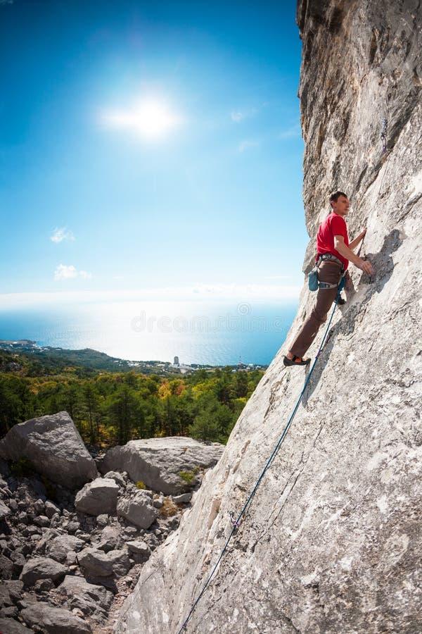 Een rotsklimmer op een rots stock fotografie
