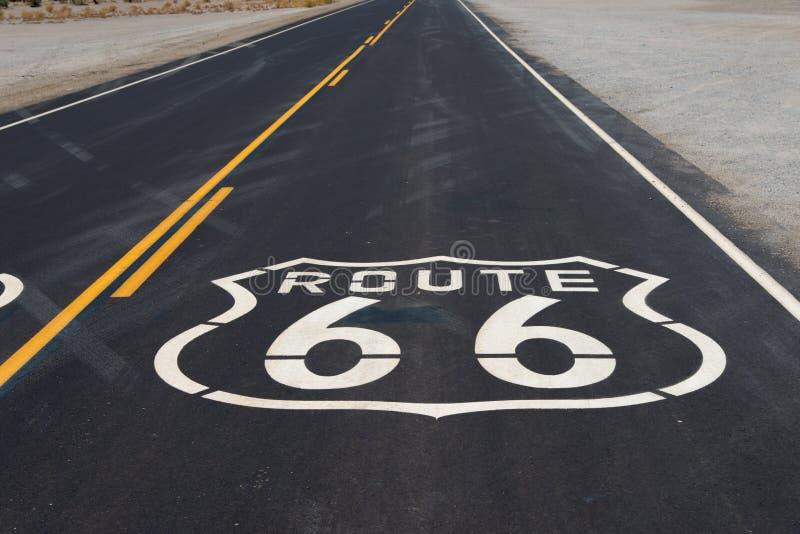 Route 66 wegschild op weg in Californië wordt geschilderd dat royalty-vrije stock afbeeldingen