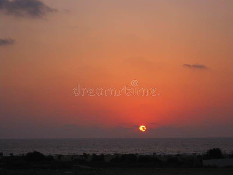 Een roze purpere die zonsondergang door wolken wordt behandeld royalty-vrije stock foto