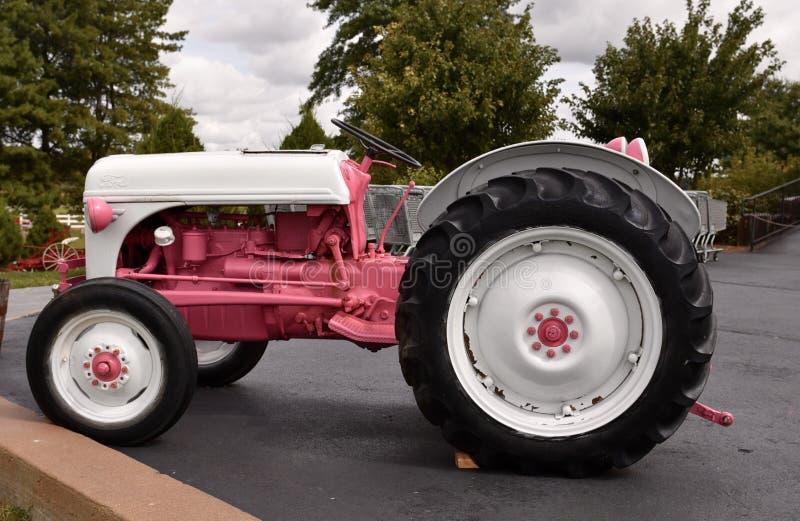 Een Roze Tractor stock afbeeldingen
