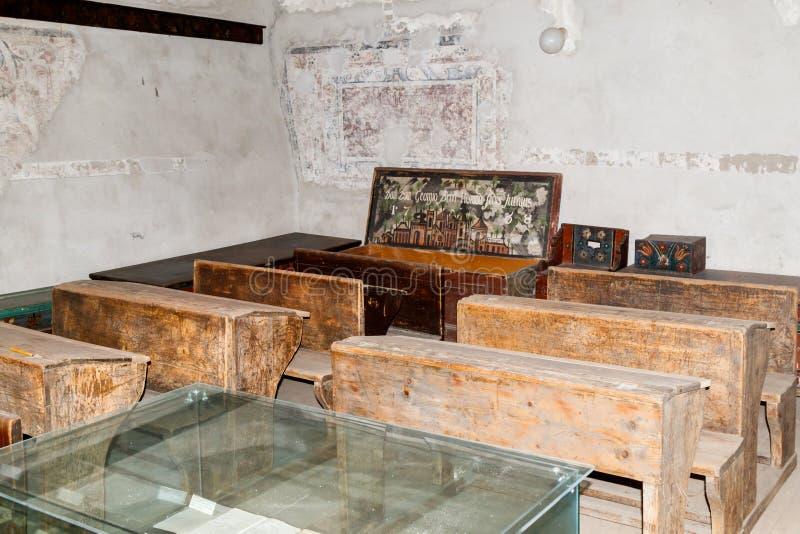 Een ruimte met een schoolklasse in de binnenbinnenplaats van de Versterkte Kerk Prejmer in Prejmer-stad in Roemenië royalty-vrije stock afbeelding