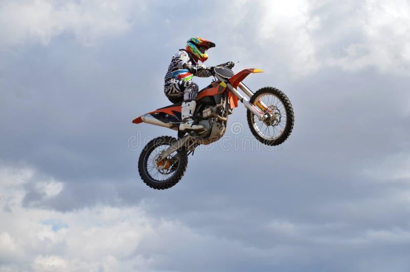 Een ruiter door motorfietsmx vliegen stock fotografie