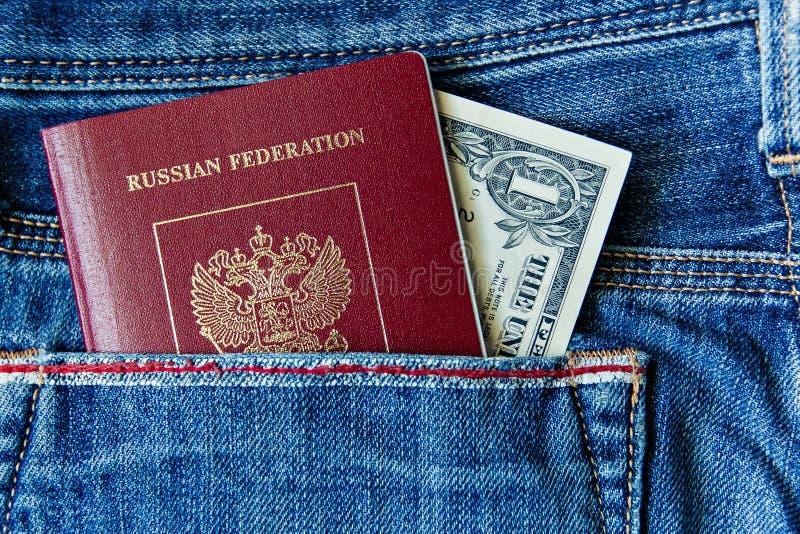 Een Russisch paspoort in uw zak met geld stock afbeelding