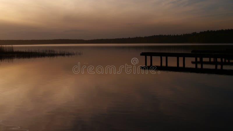 Een rustig meer vóór zonsondergang stock foto's