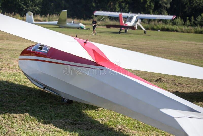 Een sailplane en zijn slepende vliegtuigen op een vliegveld stock afbeelding