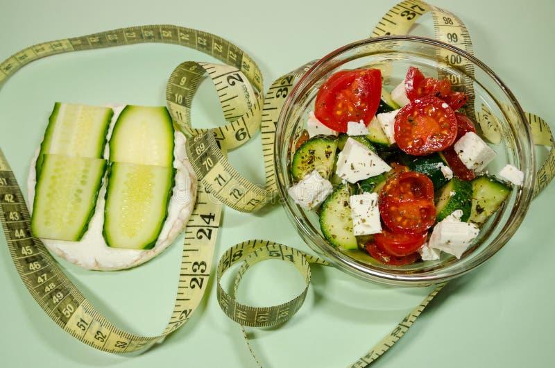 Een salade met het meten van band stock afbeeldingen