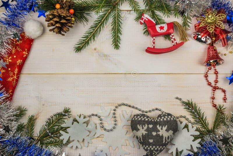 Een samenstelling van Kerstmis Spartakken, klatergoud, speelgoed op houten witte achtergrond Vlak leg, hoogste mening, exemplaarr royalty-vrije stock fotografie