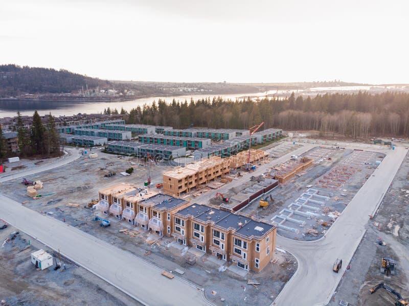 Een satellietbeeld van een complex huis in de stad en een nieuwe ontwikkeling in aanbouw nabijgelegen in Noord-Vancouver, BC stock afbeelding
