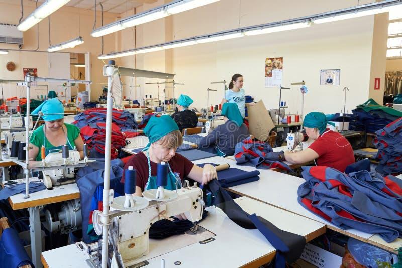 Een scène bij de fabriek voor het naaien van het werkkleren Ik werk aan stock afbeelding