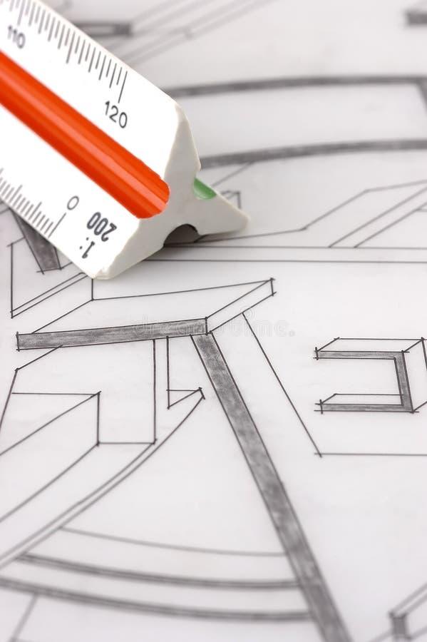 Een schaalheerser op een architecturaal plan stock foto