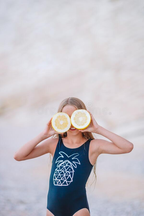 Een schattig meisje heeft plezier op het tropische strand tijdens vakantie royalty-vrije stock afbeeldingen