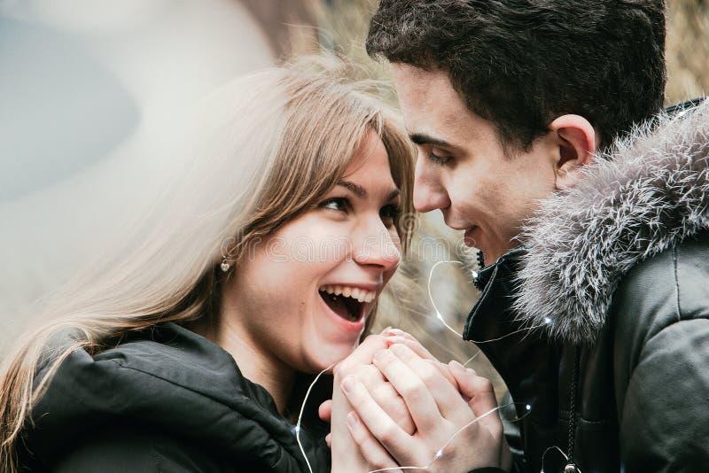 Een schattig stel jonge mensen die graag elkaar kussen en een zacht gevoel ervaren, Valentijnsdag stock fotografie