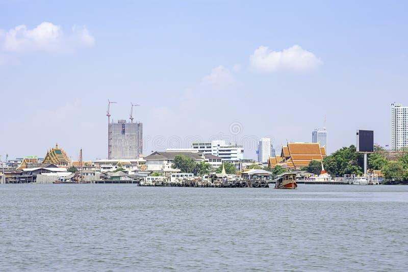 Een scheepslading van zand in Chao Phraya River Background-cityscape en hemel in Pak kret in Nonthaburi, Thailand 16 april, 2019 stock afbeeldingen