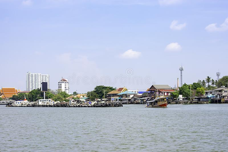 Een scheepslading van zand in Chao Phraya River Background-cityscape en hemel in Pak kret in Nonthaburi, Thailand 16 april, 2019 royalty-vrije stock foto